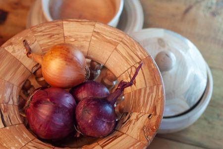 wooden utensils, raw onions in wooden utensils, close-up, Imagens