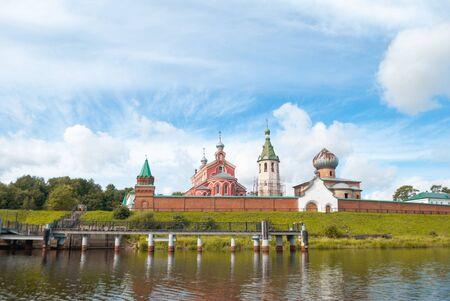 Alte Holzkirchen im Dorf Staraya Ladoga, dem Ort der Gründung Russlands,