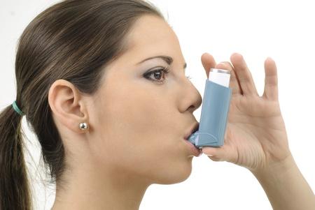 asthme: les jeunes femmes avec inhalateur pour l'asthme Banque d'images