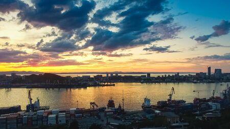 Vue aérienne du paysage urbain au coucher du soleil.