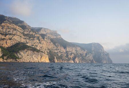 Seascape with views of the mountains near the coastline. Balaklava, Crimea Archivio Fotografico - 137743375
