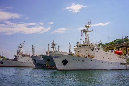 Sevastopol, Crimea-June 13, 2016: Seascape with views of the coastline and ships. Archivio Fotografico - 137712294