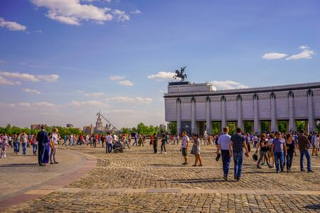 Moscow, Russia-may 9, 2016: Victory Day in the capital city. People celebrate in the streets and parks. Archivio Fotografico - 137712304