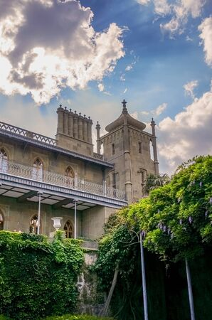 Yalta, Crimea-June 22, 2015: historical landmark - Vorontsov Palace. Tourists admire the old building. Archivio Fotografico - 137712329