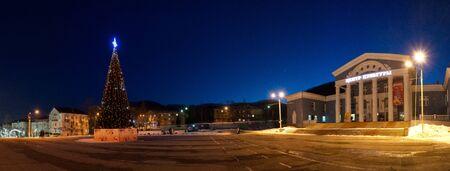 Nakhodka, Primorsky Krai-January 11, 2020: Night landscape of the city square with a Christmas tree. Archivio Fotografico - 137713249