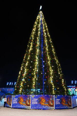 Vladivostok, Primorsky Krai-January 13, 2020: Urban landscape with a Christmas tree on the square. Archivio Fotografico - 137713911