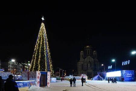 Vladivostok, Primorsky Krai-January 13, 2020: Urban landscape with a Christmas tree on the square. Archivio Fotografico - 137713913