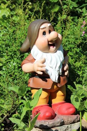 nain de jardin: nain de jardin se dresse sur l'herbe verte Banque d'images