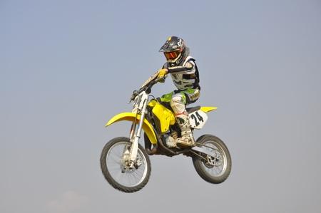 super cross: Campeonato Regional de Rusia, Samara, abril 17,2010, motocross, el jinete desconocido en una moto volando por los Aires contra el cielo Editorial