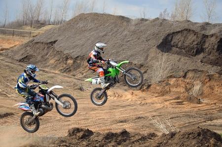 super cross: Rusia, SAMARA - 29 de abril: La competencia en una motocicleta en vuelo a trav�s del motocross de dos corredores de aire A. Nikishkin y C. Nikishkin Regional Campeonato de Motocross practican el 29 de abril de 2011 en Samara, Rusia