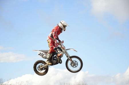 """super cross: RUSIA, Samara, Chapayevsk - 17 de octubre: Extreme salto Moto Racer I. Baranov en el fondo de las nubes de la Copa Abierta """"Volga"""" de motocross el 17 de octubre de 2011 en Chapayevsk, Samara, Rusia"""
