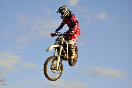 """super cross: RUSIA, Samara, Chapayevsk - 17 de octubre: Extreme Jump Racer A. Nikishkin en el fondo de las nubes de la Copa Abierta """"Volga"""" de motocross el 17 de octubre de 2011 en Chapayevsk, Samara, Rusia Editorial"""