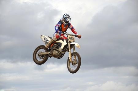 """super cross: RUSSIA, SAMARA, Chapayevsk - 17 de octubre: Extreme salto moto racer A.Nikishkin en el fondo de las nubes de la Copa Abierta """"Volga"""" motocross el 17 de octubre de 2011 en Chapayevsk, Samara, Rusia Editorial"""
