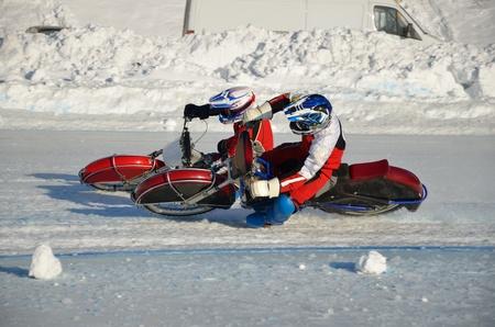 umschwung: Racing auf dem Eis, zwei Athleten in der Aufl�sung auf einem Motorrad mit Dornen mit einer gro�en Steigung auf dem Knie, Ice Speedway