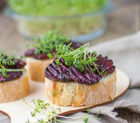 berros: Bruschetta con remolacha asada y ensalada de berros Foto de archivo