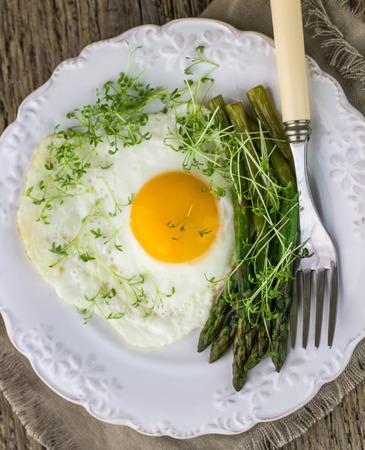 berros: El desayuno de huevos fritos, esp�rragos y ensalada de berros