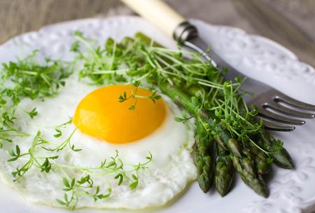 berros: El desayuno de huevos fritos, espárragos y ensalada de berros
