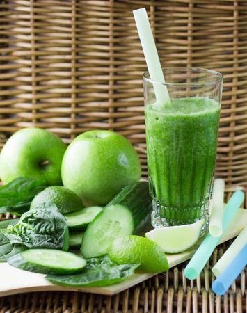 jugo verde: Batido verde de espinacas, manzana, pepino y limón.