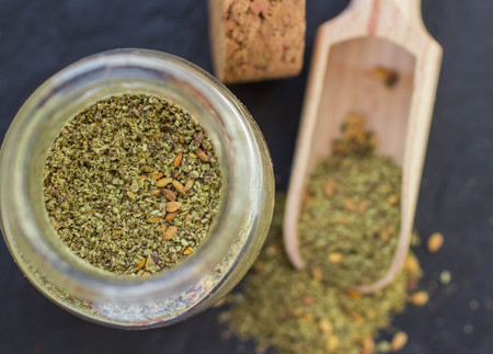 comida arabe: Zaatar -  middle Eastern  mixture of spices and seasonings for meat, poultry and salads. Selective focus