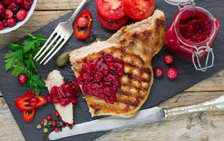 comiendo frutas: Carne a la parrilla con salsa de ar�ndanos. Enfoque selectivo