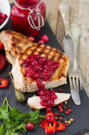comida de navidad: Carne a la parrilla con salsa de ar�ndanos. Enfoque selectivo