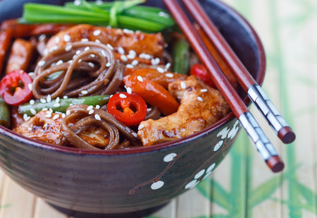 soba noodles: Buckwheat soba noodles with chicken, green beans, carrots, onions, chilli and sesame seed Stock Photo