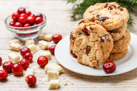 テーブルの上にボウルにホワイト チョコレートと自家製クランベリー クリスマス クッキー。素朴なスタイル。選択と集中 写真素材