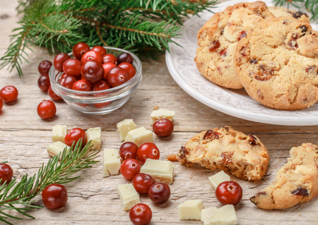 galletas integrales: Homemade Christmas cranberry cookies with white chocolate in a bowl on the table. Rustic style. Selective focus