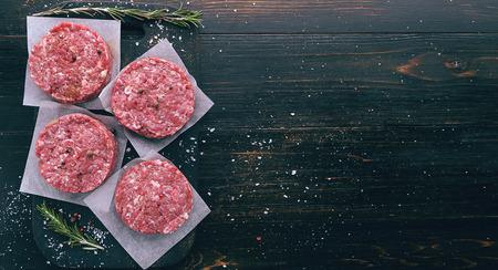ハンバーガーを焼肉用の牛ひき肉の形成 写真素材
