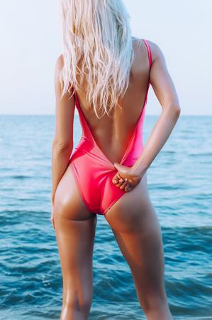 Shapely atletisch gezond meisje met een mooi lichaam en elastische billen op het strand Stockfoto