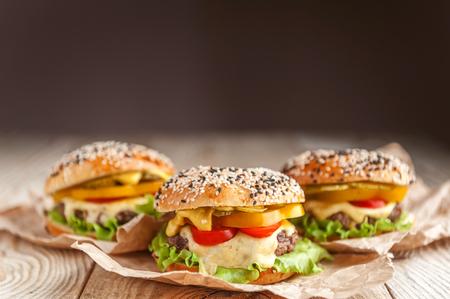 heerlijke, sappige thuisburger. broodje, bagel, met een sappige kotelet van rundvlees, sauzen kaas verse sla bladeren
