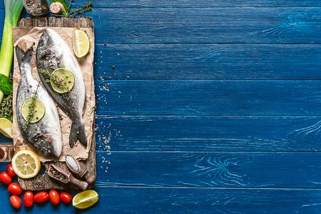 poisson dorado cru frais aux épices. dîner pour deux avec votre bien-aimé de vos propres mains. Banque d'images