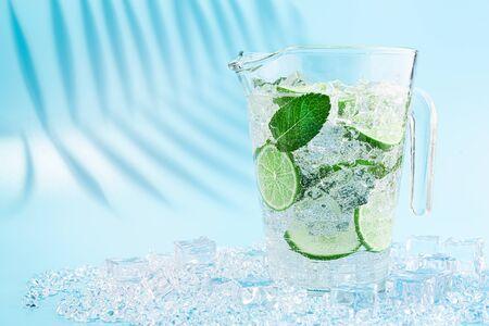 一大罐的莫吉托鸡尾酒在浅蓝色的背景上。在炎热的夏季,软饮料的概念。