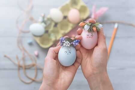 woman makes cute decorative eggs for easter holiday. do-it-yourself easter gifts concept. cute pastel colored eggs Imagens