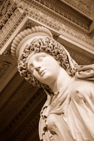 diosa griega: Permanente mujer estatua de piedra en el interior del Museo del Louvre