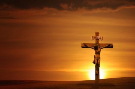 Bij zons ondergang met een dramatische hemel - horizont aal kruis.