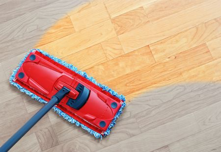 적층: Housework - sweeper wet mop on laminate floors.