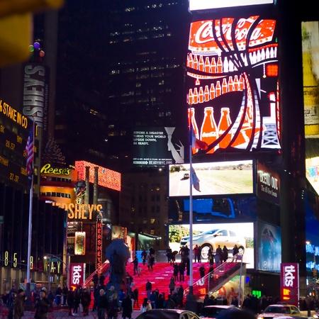 CIUDAD de nueva YORK - 4 de febrero: Times Square y teatros de Broadway con multitud de turistas y residentes en la noche, uno de los símbolos de la ciudad de Nueva York, en Manhattan, Nueva York, el 4 de febrero de 2010.