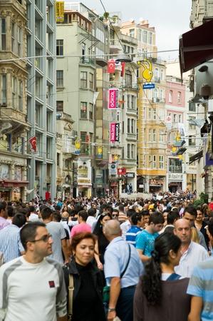 convection: ISTANBUL - 11 settembre: folla in Istiklal Avenue in the Beyoglu district - � uno dei viali pi� famosi di Istanbul, visitato da quasi 3 milioni di persone in un solo giorno nel corso del fine settimana del settembre 11,2010 in Istanbul, Turchia Editoriali
