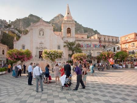mucha gente: TAORMINA, Italia - el 2 de julio: muchas personas en la noche de verano en Piazza IX Aprile cerca de Chiesa di san Giuseppe, en Taormina (Sicilia) en 02 de julio de 2011