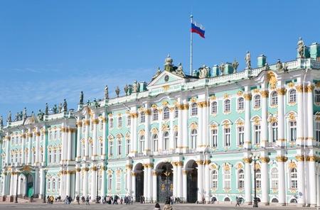 palacio ruso: Bandera rusa en el Palacio de invierno, San Petersburgo, Rusia el 06 de septiembre de 2011
