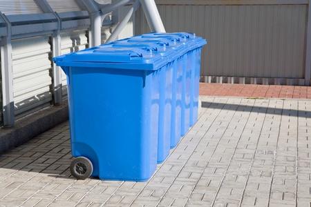 recyclage plastique: bleu bacs de recyclage du plastique en plein air Banque d'images