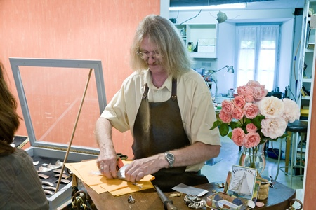 discreto: en el taller de orfebrería de Breton en la ciudad Treguier, Francia, el 02 de julio 2010