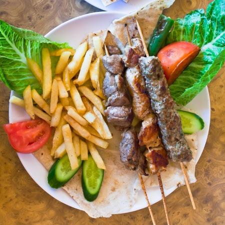 comida arabe: pinchos de kebab mezclan árabes en Jordania Street Restaurant