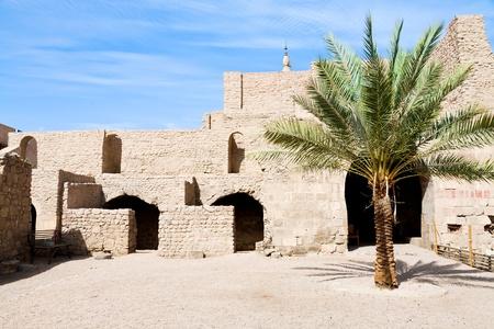 castillo medieval: patio de la fortaleza medieval de los mamelucos en Aqaba, Jordania