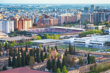 barcelone: ci-dessus en vue sur le cimeti�re et les champs de stade de football � Barcelone