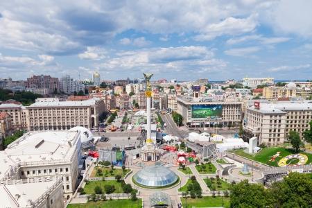 central square: KIEV, Ucraina - 30 giugno: Piazza Indipendenza - piazza centrale di Kiev, in Ucraina il 30 giugno 2012. Non vi � zona ventilatore principale con quattro schermi giganti durante UEFA EURO 2012.