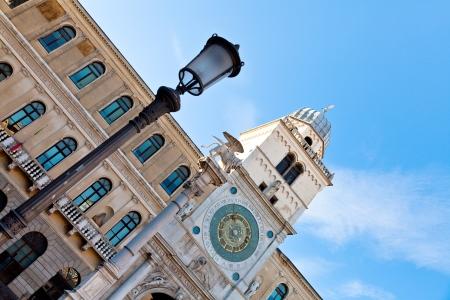 leon alado: columna con el le�n alado y la torre del reloj del Palacio del Capitanio en Padua, Italia