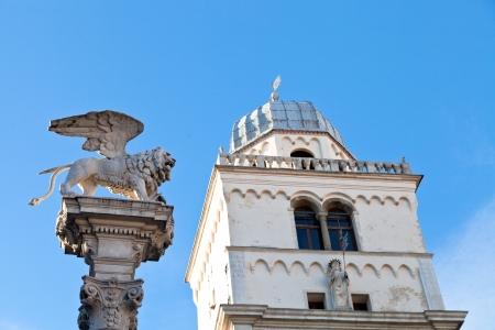leon alado: columna con alas del le�n y de la torre del Palazzo del Capitanio en Padua, Italia Foto de archivo