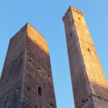 due: Due Torri - symbol of city under blue sky in Bologna, Italy